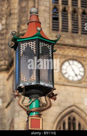 Lampe de rue dans le quartier chinois, Liverpool avec l'église dans l'arrière-plan Banque D'Images