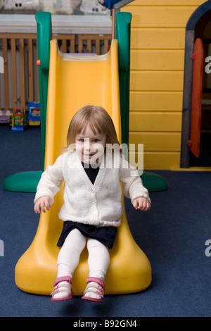 Deux ans, fille, glisser vers le bas Banque D'Images