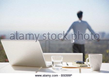 L'homme de prendre une pause de travail sur balcon Banque D'Images