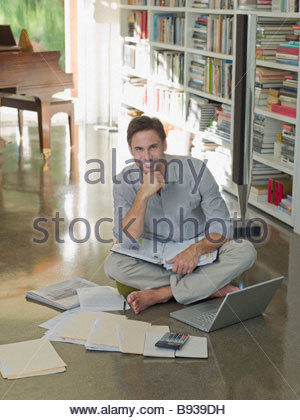 L'homme travaillant à domicile Banque D'Images