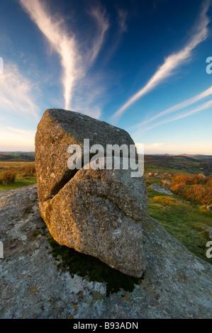 Split Rock granit sur Combestone Tor soutenu par mares tails la formation de nuages dans le ciel au-dessus de Devon Banque D'Images