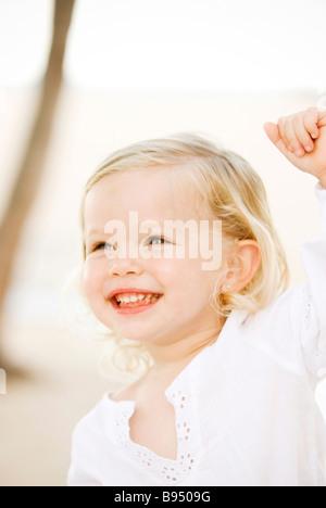 Enfant jouant à la plage Banque D'Images