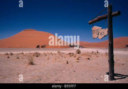 La Namibie Namib Desert Dune 45 signe avec la dune de sable derrière qui est une ascension touristique populaire Banque D'Images