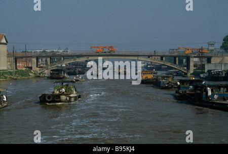 La province de Jiangsu, Chine le Grand Canal entre Suzhou et Wuxi Barges voyageant sous le pont Banque D'Images