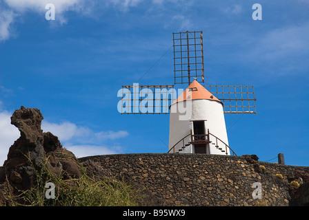 Espagne, Canaries, Lanzarote, jardin de cactus avec moulin à vent restauré dans l'ancienne carrière volcanique conçu Banque D'Images