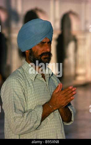 L'INDE L'Asie du Sud Punjab Amritsar Hari Mandir ou temple d'or. Portrait d'un homme en prière au temple sikh Banque D'Images