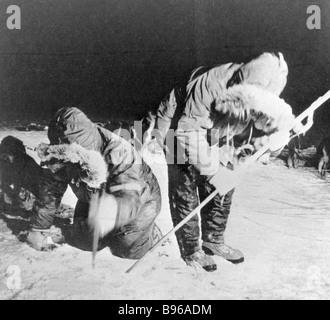 Des spécialistes américains de la glace après la collecte de matières radioactives a B 52 bomber catastrophe de Banque D'Images
