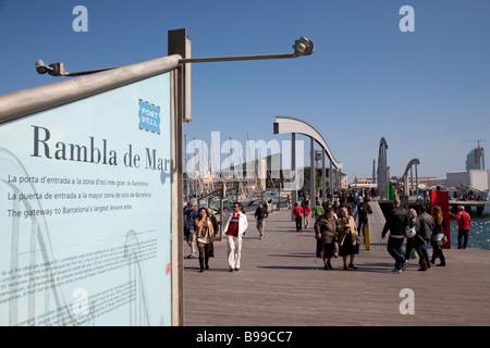 Rambla del Mar, le Port Vell, Barcelone Espagne Banque D'Images