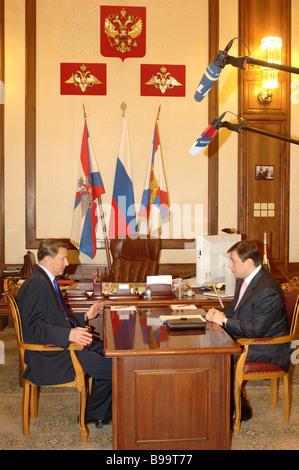 Le Ministre russe de la défense Sergei Ivanov et Moscow Gouverneur Alexander Khloponin réunion au ministère de la Banque D'Images