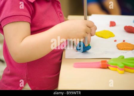 Enfant de la pâte à modeler avec crayon, cropped Banque D'Images