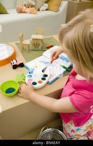 Petite fille peinture à l'aquarelle Banque D'Images