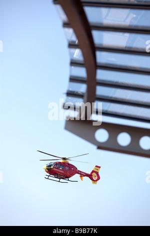 Une ambulance aérienne hélicoptère atterrit à l'hôpital Selly Oak Birmingham West Midlands ENgland Banque D'Images
