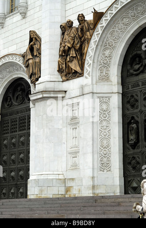 Hauts-reliefs de la Bible la vie sur la façade de la cathédrale du Christ-Sauveur Moscou Russie Banque D'Images