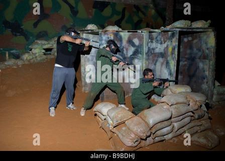 Trois jeunes hommes le paintball Beyrouth Liban Moyen Orient Banque D'Images