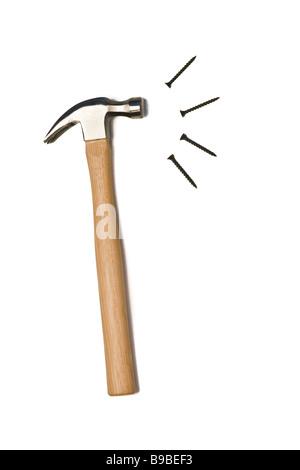 Un marteau et des clous sont isolées sur fond blanc Banque D'Images