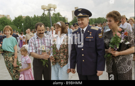 L'équipage de Soyouz 18 satellites Viktor Afanassiev 2e à partir de la droite et Yuri Usachev laissés avec leur Banque D'Images