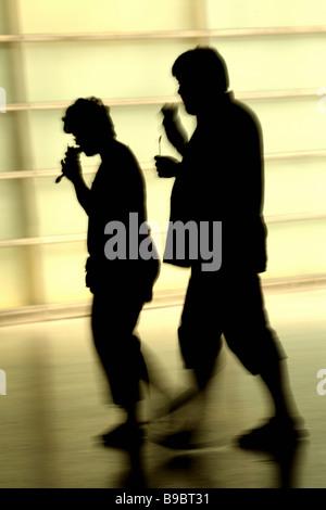 Silhouette d'un couple marche Banque D'Images