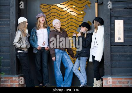Un groupe d'adolescentes en pleine discussion dans une porte Banque D'Images