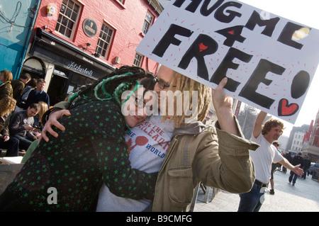 Un jeune couple de se donner mutuellement un spontanious hug dans le centre de Brighton East Sussex UK juste pour Banque D'Images