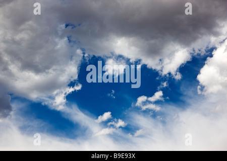 Puffy blanc nuages sur un ciel bleu du Colorado jour Banque D'Images