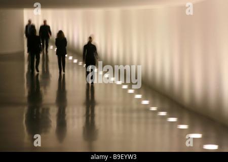 Silhouettes de personnes marchant à travers un passage souterrain entre le Reichstag et la Paul-Loebe-Haus, Berlin, Banque D'Images