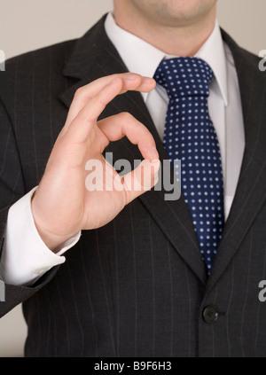 Businessman indiquant que tout va bien Banque D'Images