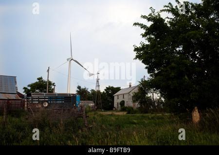 Nouvelle éolienne plane sur l'ancienne ferme et moulin à vent traditionnel wind farm Kansas USA Banque D'Images