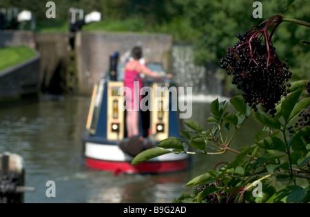Vue arrière du bateau étant dirigé sur la rivière l'Angleterre Banque D'Images