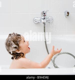 Enfant dans la baignoire Banque D'Images