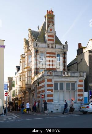 Des toilettes publiques en face du front de mer de Weymouth. Plus appartements et commerces sur l'une des nombreuses Banque D'Images