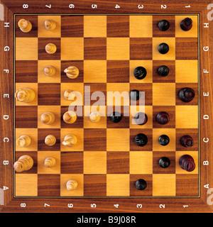 Pièces des échecs sur l'échiquier, jeu