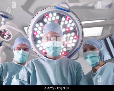Groupe des chirurgiens en salle d'opération Banque D'Images