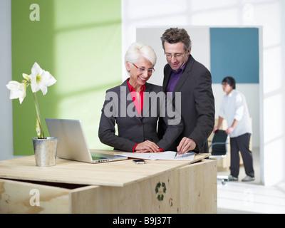 L'équipe de déménagement de bureau en loft Banque D'Images