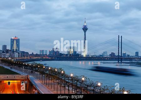 Cityscape de Duesseldorf, vue de la promenade du Rhin, à la brunante, Nordrhein-Westfalen, Germany, Europe Banque D'Images
