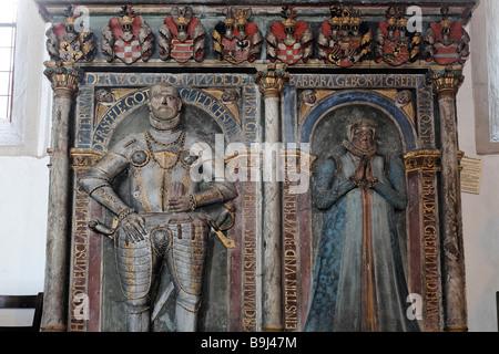 Armor-clad compter et une comtesse, sculptures sur une dalle commémorative, ville médiévale église de Saint-barthélemy, Banque D'Images