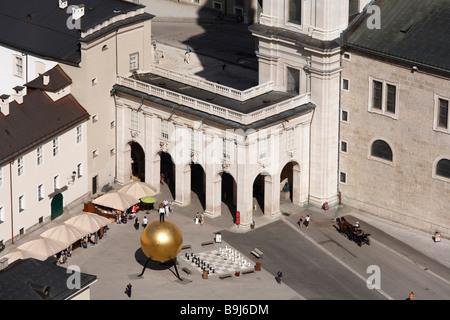 """Kapitelplatz avec l'objet d'art """"phaera"""" par Stephan Balkenhol, Salzburg, Autriche, Europe Banque D'Images"""