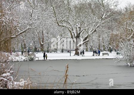 L'étang gelé et la neige-bound green à Barnes, à l'ouest de Londres, après une importante chute de neige en février 2009.