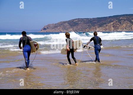 Praia do Guincho, plage sur l'Atlantique avec les surfeurs de Cascais, Estoril, Lisbonne, Portugal, Europe