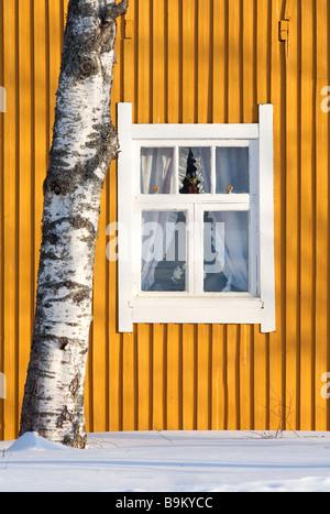 Fenêtre encadrée blanc jaune sur mur conseil , Finlande Banque D'Images