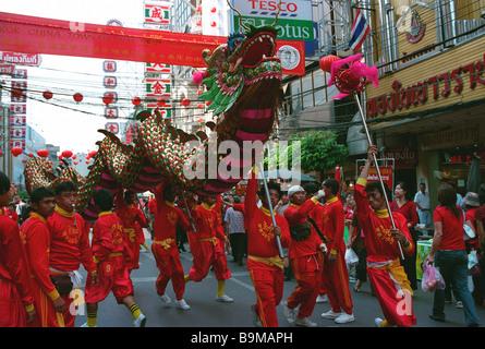 Hommes portant un dragon lors de la traditionnelle cérémonie du Nouvel An Chinois, Bangkok, Thaïlande Banque D'Images