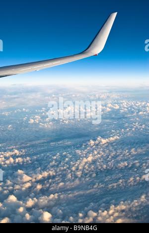 Voir l'avion de ligne à travers les nuages au-dessus de la fenêtre