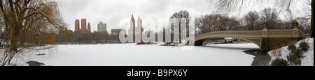 Central Park New York Panorama en hiver sur la neige comme vu du côté du sud du lac et à la North West Banque D'Images