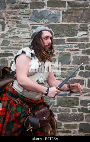 Highlander écossais. Homme portant un kilt traditionnel & holding dagger, sgian dhu dirk à Hawick Festival Reivers, Banque D'Images