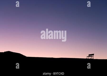 Silhouette de banc solitaire sur la skyline at sunset, Zabriskie Point, Death Valley National Park, California, Banque D'Images