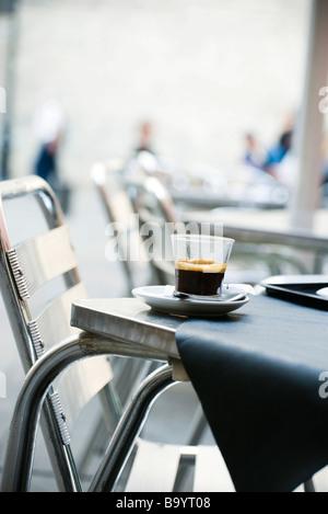 Verre de café espresso situé sur le tableau Banque D'Images