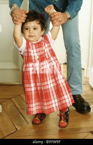 Mère fille aidant à pied Banque D'Images
