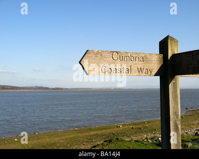 Panneau en bois pour les promeneurs montrant la côte de Cumbria Way path au pied du Canal Ulverston Banque D'Images