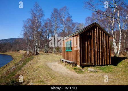 Salmon- fisher's bothy en bois abri refuge, cabane, chambre, riverside paysage sur les rives de la rivière Dee, Banque D'Images