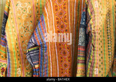 Un gros plan de vestes tribal ethnique dans le marché de nuit de Luang Prabang au Laos Banque D'Images