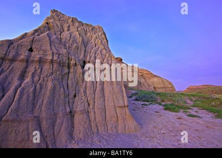Formations de Château Butte pendant le crépuscule à Big Muddy Badlands le sud de la Saskatchewan, Canada Banque D'Images